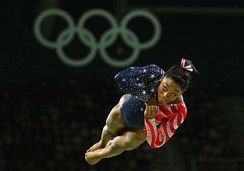 Gimnasta estadounidense Simone Biles, una católica, compite en los Juegos Olímpicos de Río de Janeiro el 7 de agosto. ( CNS foto | Mike Blake, Reuters )