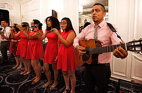 Miembros de la parroquia St. Gall en Chicago cantan el 19 de agosto durante la Misa de apertura de la conferencia anual de la Asociación Católica de Líderes Latinos en Chicago. (Foto CNS | Karen Callaway, Catholic New World)